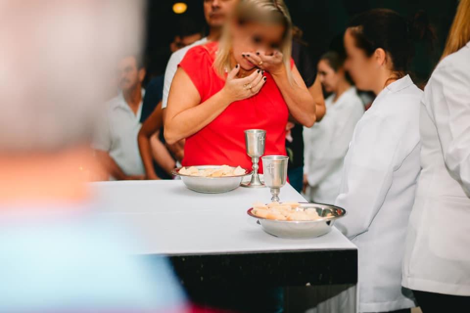 """ABERRAÇÃO, Missa """"Self-Service"""" na Quinta-Feira Santa em Capela do Alto SP"""