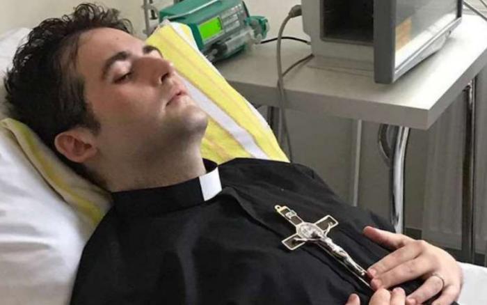 Faleceu o padre polonês ordenado na cama do hospital