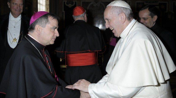 O anúncio da renúncia foi feito pela Sala de Imprensa da Santa Sé em um comunicado simples e breve.