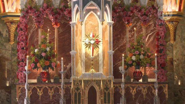 É por causa da Adoração Perpétua que se pode dizer que, verdadeiramente, durante cada hora do ano, o Santíssimo Sacramento, exposto solenemente, é adorado por multidões de fiéis.
