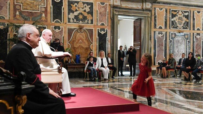 """""""Posso imaginar por que os responsáveis escolheram esse nome """"Sonnenschein"""". É porque sua casa parece um magnífico prado florido ao sol, e as flores dessa casa são vocês"""", disse o Papa Francisco às crianças e jovens autistas."""
