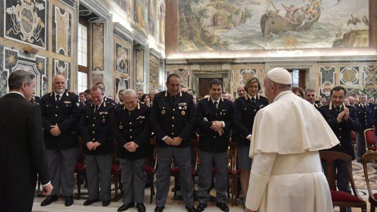 Papa agradece o trabalho dos agentes da Polícia Civil Italiana nos 75 anos de uma missão desempenhada com competência e paixão na Inspetoria Pública do Vaticano.