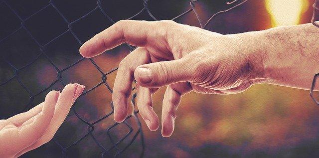 hands-4906663-640