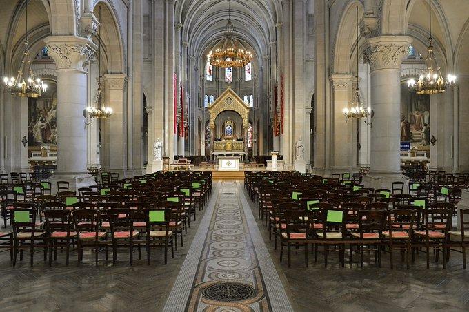 França: Ministro do Interior anuncia suspensão de celebrações religiosas públicas a partir de 2 de novembro.