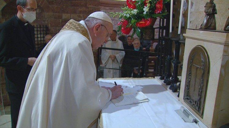 """O Papa Francisco assinou sua terceira Encíclica, a """"Fratelli Tutti"""", em uma cerimónia que aconteceu junto ao túmulo de São Francisco de Assis."""