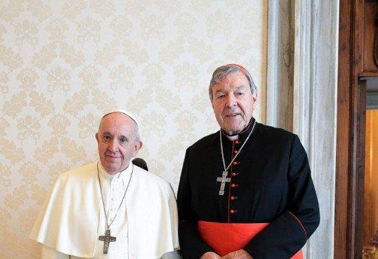 """Cumprimentando o Cardeal Pell com um aperto de Mão, o Papa disse """"É um prazer encontrá-lo novamente"""",  """"Obrigado pelo seu testemunho""""."""