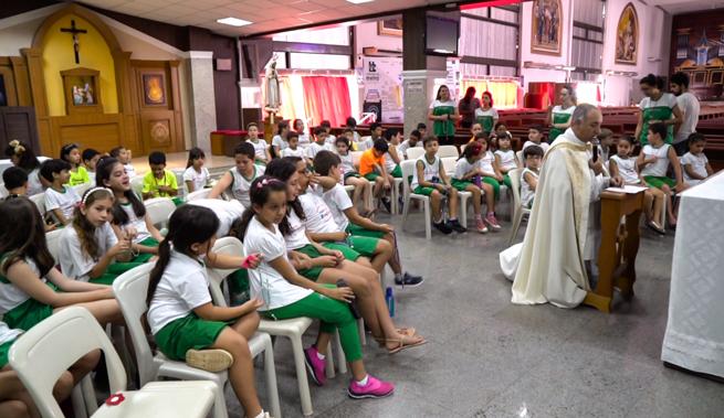 Rezem o Terço, sinal de consolação e de esperança; elevem o olhar a Nossa Senhora como fazem hoje em todo o mundo um milhão de crianças.