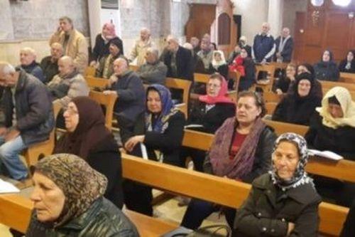 As famílias 240 famílias resistentes vivem na região de Idleb, dominada pelos terroristas muçulmanos do jihadi e estão proibidas de realizar qualquer manifestação religiosa.