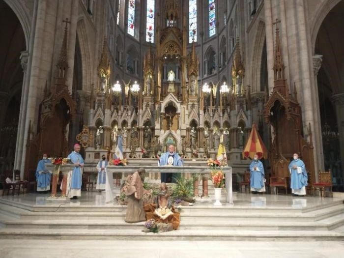 Virgem Santíssima, Mãe do Povo Argentino, Vos pedimos por todos convidados ao banquete da vida para que cada um tenha seu lugar nesta grande mesa...