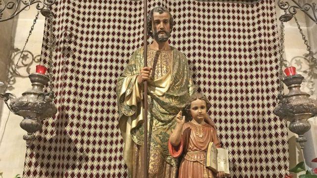 São José, protetor de Jesus e Maria, defensor da Igreja, custódio das famílias, inspirador dos pais, está hoje conosco e nos conduz a Jesus.