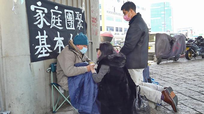 Padre Franco Mella, missionário do PIME, reuniu-se com esposa e filho de Jimmy Lai, católico por comunistas da China e rezaram publicamente, por sua libertação.