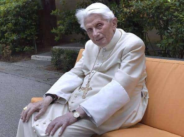 """Oito anos após o fim do seu pontificado, Bento XVI insiste que """"Não há dois Papas"""", e rejeita """"teorias da conspiração""""."""