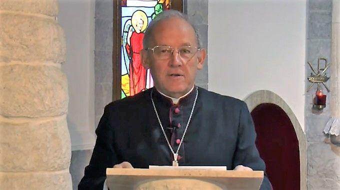 Nove meses depois de decretar que a Eucaristia só poderia ser distribuída na mão, Dom Taussig volta atrás e decide acatar o direito dos fiéis de receberem a comunhão na boca.