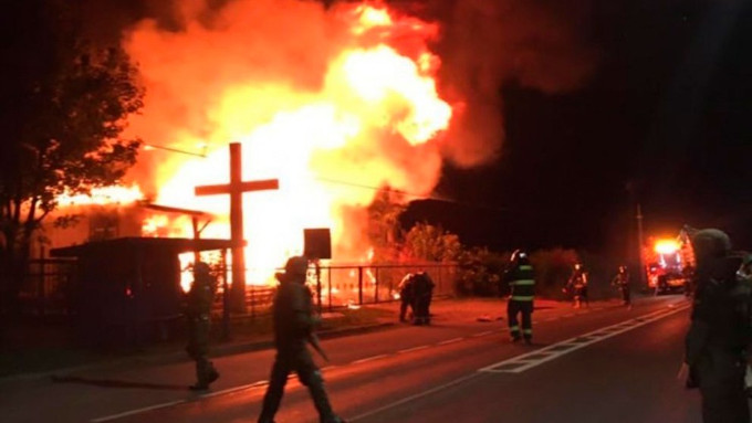 """A polícia confirma que o incêndio foi provocado intencionalmente e que os terroristas atacaram a Capela com """"coquetéis molotov"""" atirados de um veículo em movimento."""