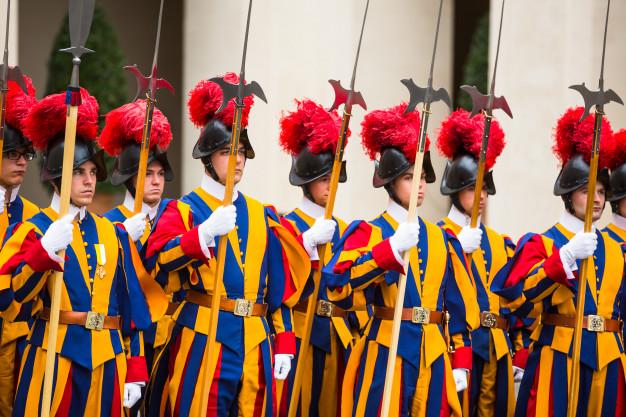 A cerimônia de Juramento da Guarda Pontifícia é uma antiga tradição realizada pelo Corpo da Guarda Suíça fundado pelo Papa Júlio II em 1506.