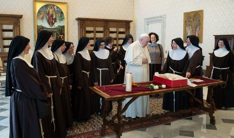 Depois de 10 anos, as Clarissas de Pagânica, reconstroem Mosteiro destruído por terremoto e, antes de voltar a ocupá-lo, foram recebidas em Audiência pelo Papa.